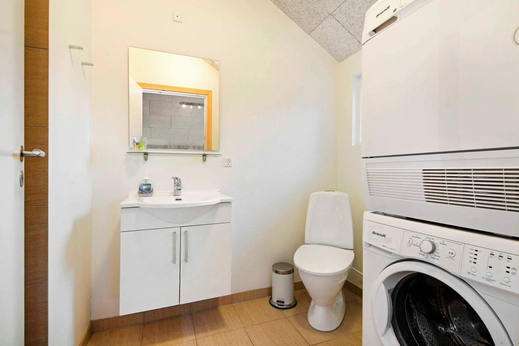 Badeværelse 2 med vaskemaskine og tørretumbler