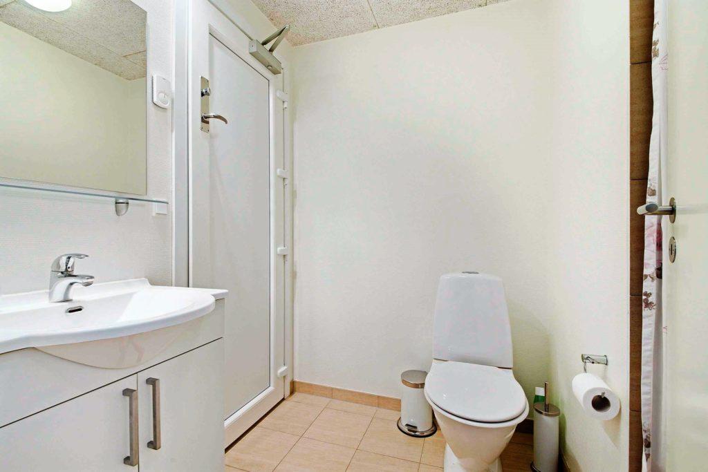 Badeværelse 1 med sikkerhedsdør til poolområde